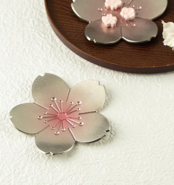 食卓に春を呼び込む桜のトレー