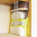 幅15cmのすき間でも積み重ねOK!*つっぱり棚と収納袋のあわせ技