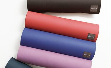 ヨガマットランキングでは不動の人気を誇る、大人気定番マットや、豊富なカラーとクッション性に優れたふかふか6mm厚のマットなど、厚さや素材、ブランドからお選びいただけます。本格的にヨガを始めた方にも最適!