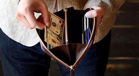 特徴を比べて選びたい、ジッパー長財布。