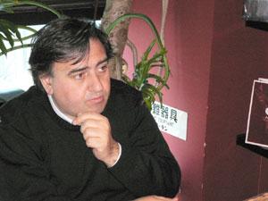 インタビューに答えるエルコリーノ氏