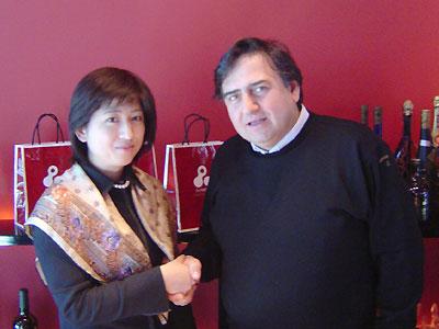 グレゴリオ社 エンツォ・エルコリーノ氏と握手