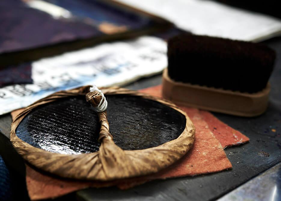 摺師の手により、絵師と彫師の思いを摺り上げる馬連