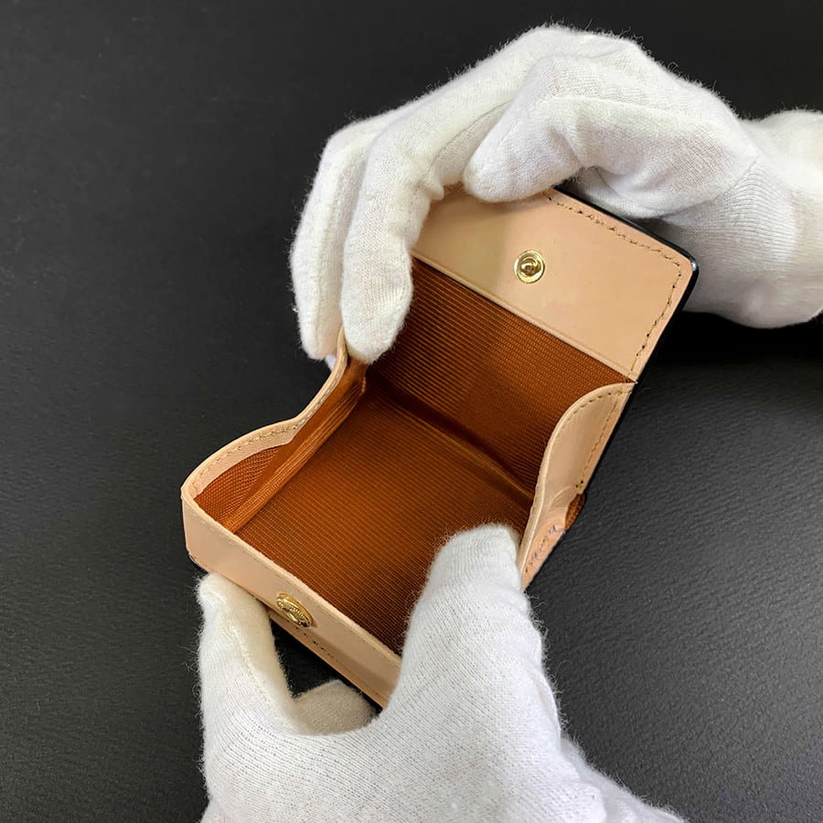 エイ革の長財布にはスティングレイハートと呼ばれるシンボルがあり一匹のエイには1カ所のみ存在するものです。